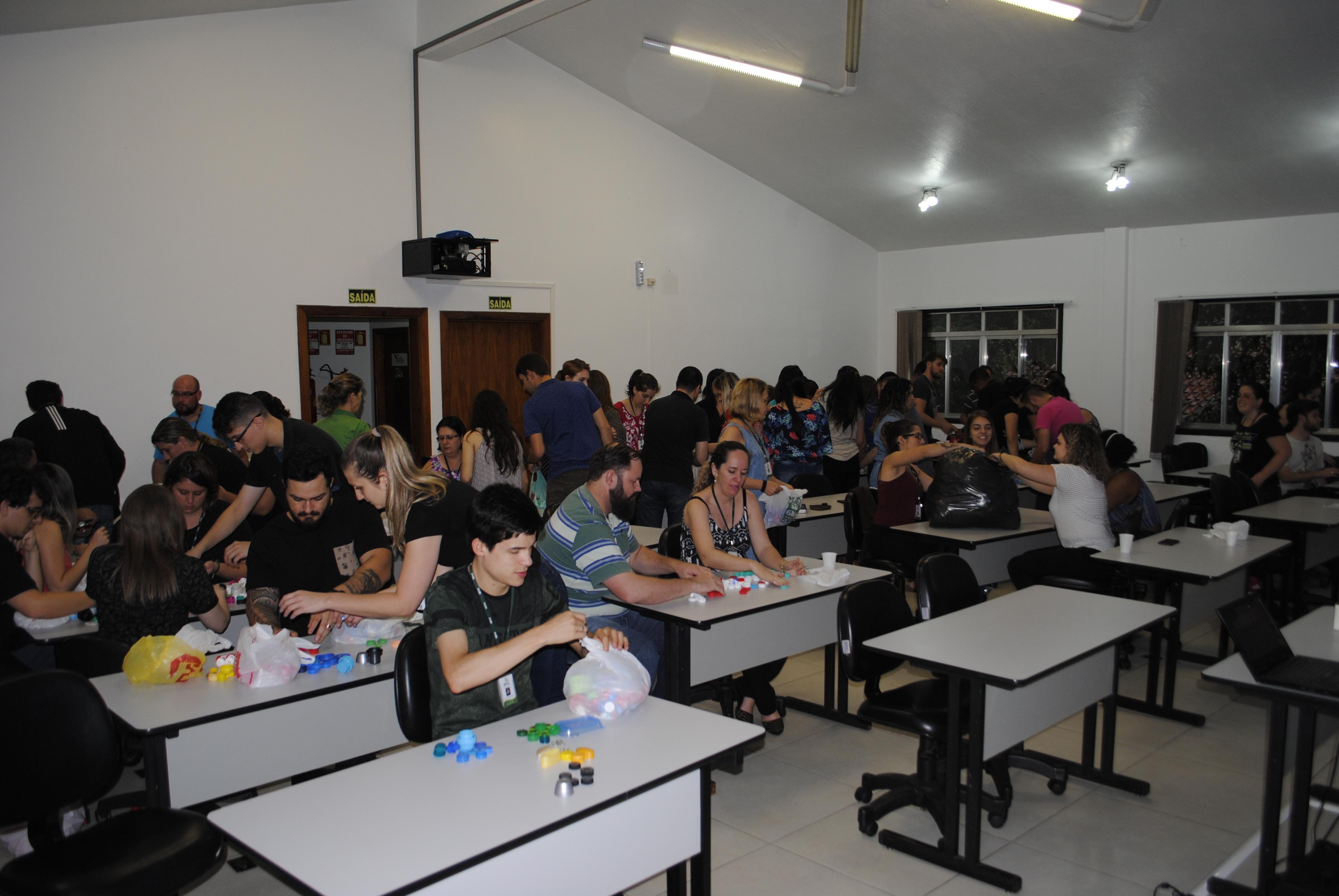 Colaboradores do IBTeC entregam tampinhas à AMO