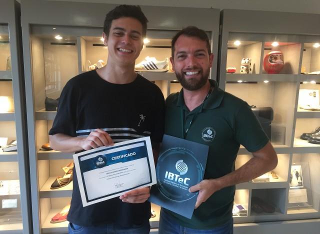 O vencedor Nícolas e o Gestor de Inovação do IBTeC, Deivis Gonçalves no momento da premiação