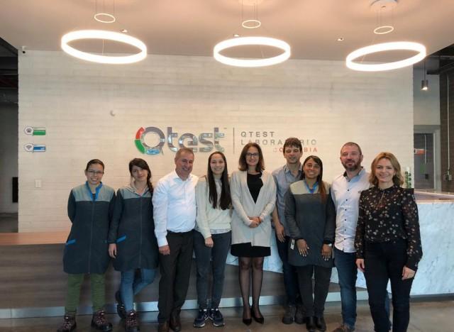 Karin Becker, Gerente Comercial do IBTeC em visita à empresa Qtest