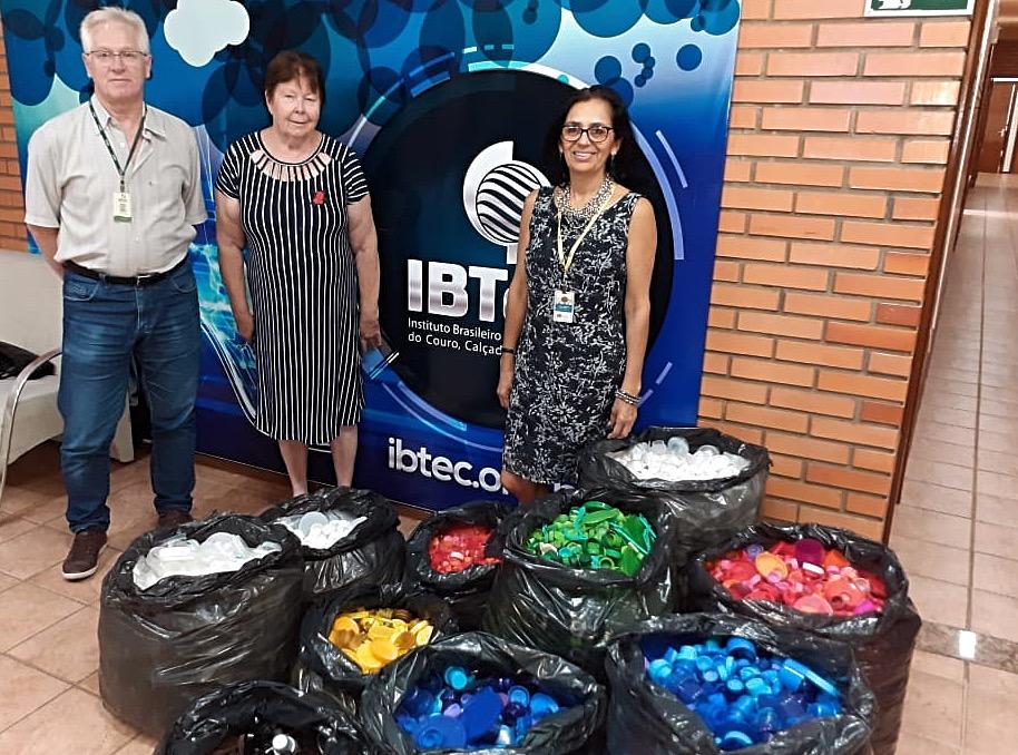 IBTeC entrega arrecadação para projeto AMO Tampinhas
